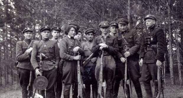 Наказать крестьян: методы борьбы «лесных братьев» с советской властью