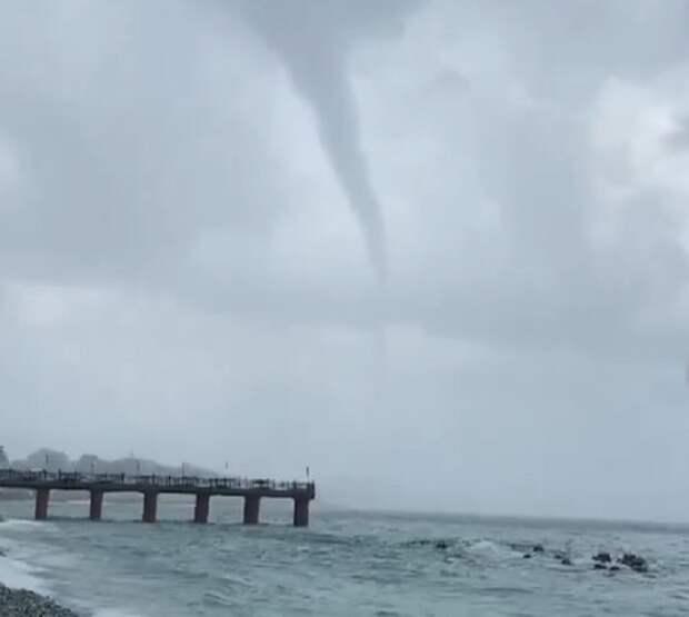 В Сочи смерч устроил погром на пляже