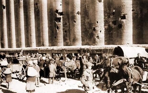 Жители Сталинграда около элеватора, 1943 г. ((Источник: https://clck.ru/WSBdm)