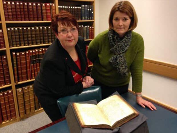 Доктор Кристина Ли (слева) и доктор Андреа Кларк из Британской библиотеки.