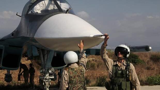 Российские пилоты самолета Су-34 на авиабазе «Хмеймим»в Сирии