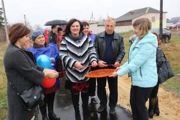 Кусок асфальтовой дорожки торжественно открыли в Тамбовской области с красной лентой