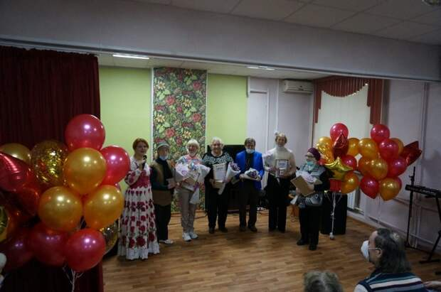 Вокалисты и танцевальные коллективы поздравили пенсионеров-именинников из Ростокина