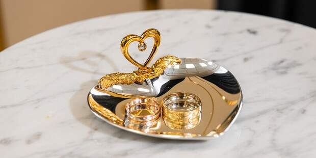 Более 40 пар поженились вечером во Дворце бракосочетания № 4