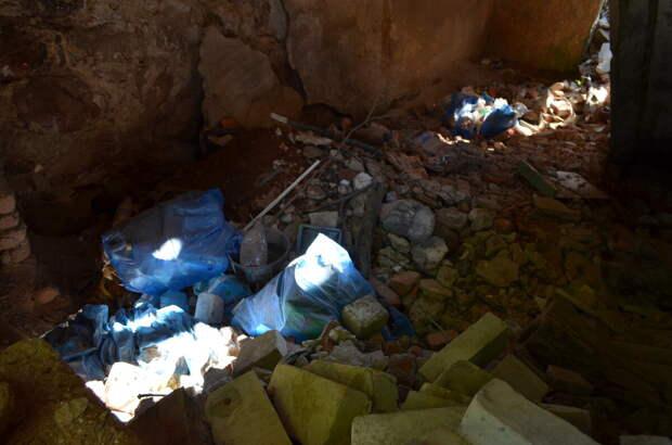 Подвал хозяйственной постройки. Ну неужели мусор даже в мешках некуда больше сваливать?