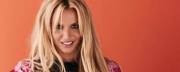 Бритни Спирс снялась в облегающем наряде и удивила фанатов новым цветом волос