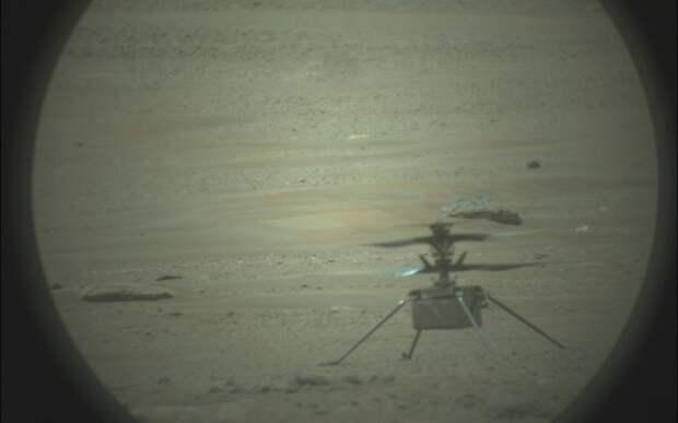 NASA показало полет инопланетного вертолета Ingenuity глазами марсохода в 3D