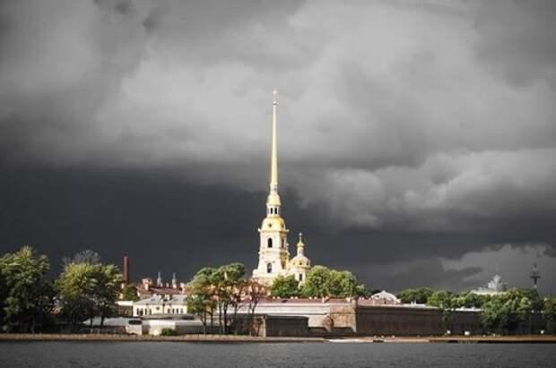 Два человека пострадали из-за непогоды в Санкт-Петербурге
