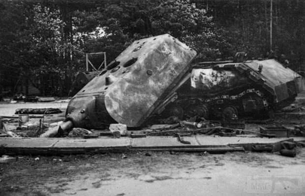 В итоге танк подорвали сами немцы.