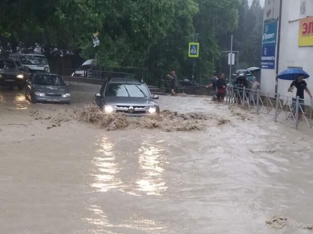 Улицы Ялты скрылись под водой