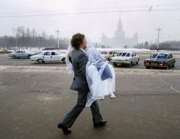 Жених с невестой после свадьбы в Москве. СССР, 1984 год. Автор фотографии: Chris Niedenthal.