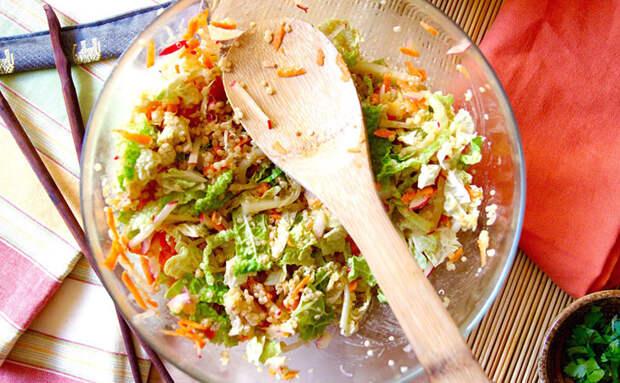 Превращаем капусту и лук в сытный салат. Добавляем банку рыбных консервов и можно подавать