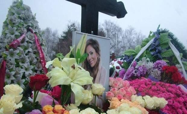 Коллеги Началовой не помогут семье с установкой памятника на могиле