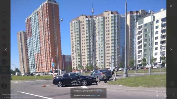 Водитель врезался в кузов припаркованного авто на Вертолетчиков