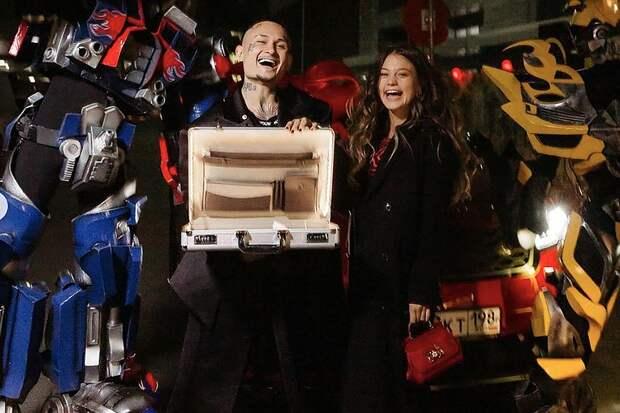Моргенштерн подарил своей возлюбленной чемодан денег и джип