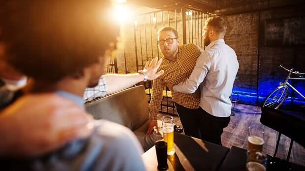 Футболист «Челси» напился в баре и дебоширил. Его выпроводила охрана