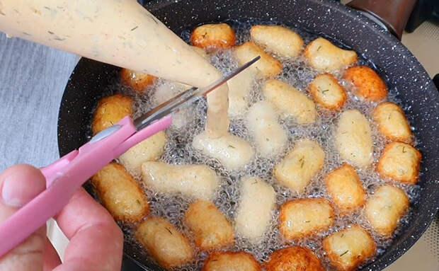 Превращаем пюре в горячую закуску. Нарезаем ножницами и жарим в масле