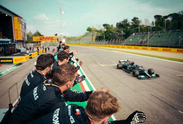 Почему Red Bull Racing отдала лучший круг гонки в Имоле Льюису Хэмилтону?