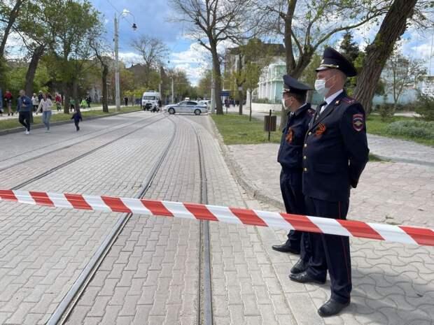 Евпатории полицейские возложили цветы в память о погибших бойцах в годы ВОВ и обеспечили правопорядок на праздничных мероприятиях города