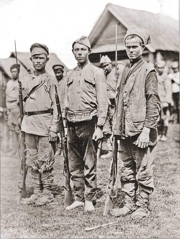 Снимок сделан во время отступления белых из Уфы в Омск 23 октября 1919 года. Колчаковцы сильно поистрепались и выглядели такими же оборванными, как их противники. Фото: Архив Александра Колчака