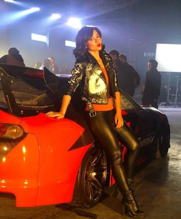Марина Кравец - самая смешная женщина российского телевидения  в черном кожаном костюме у машины