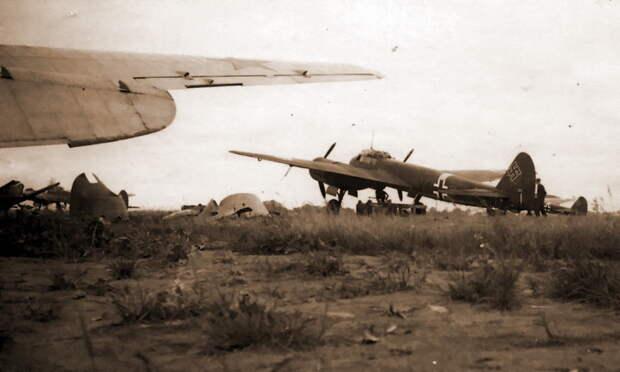 Бомбардировщики KG 1 на захваченном советском аэродроме в районе Пскова, лето-осень 1941 года. На переднем плане консоль крыла и капоты двигателей оставленного при отступлении бомбардировщика СБ с моторами М-103 - «Сталинские соколы», которые никуда не улетали   Warspot.ru
