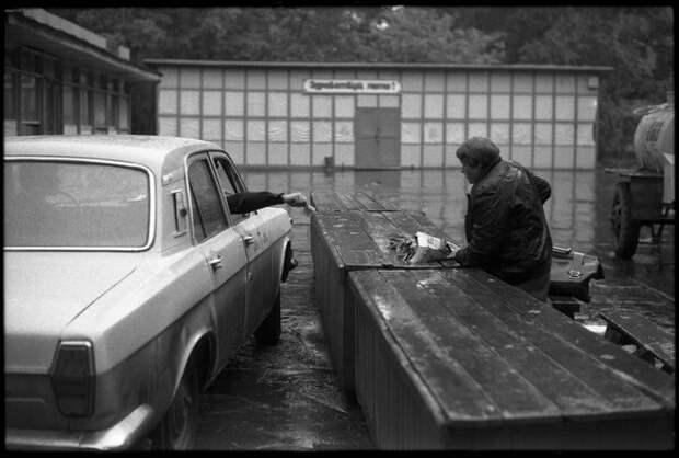 Покупка цветов в дождливую погоду. Владимир Соколаев, 15 июня 1985 года, г. Новокузнецк, из архива МАММ/МДФ.