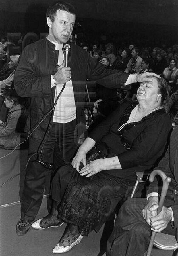 Кашпировский гипнотизирует Галину Брежневу, дочь бывшего Генерального Секретаря ЦК КПСС Леонида Брежнева