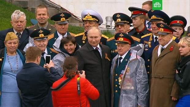 Путин пообщался с ветеранами после парада на Красной площади