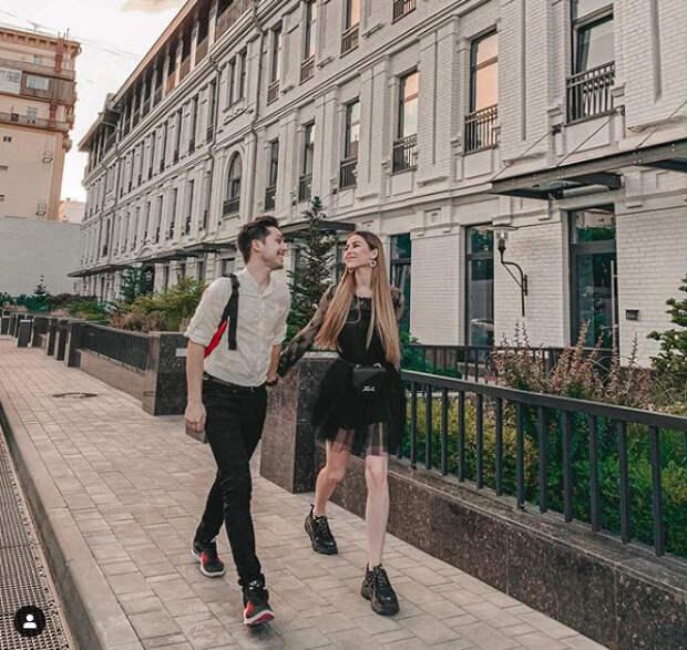 парень и девушка идут по улице