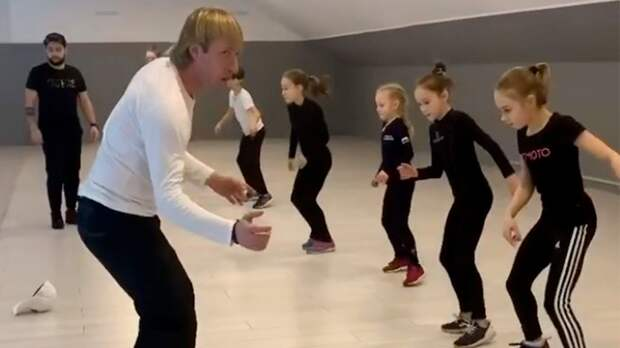 Академия Плющенко опубликовала видео, как ееученицы тренируют прыжки вне льда под марш «Прощание славянки»