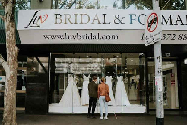 Стефани стоит у витрины магазина свадебного платья вместе со своим братом. Фото: James Day.