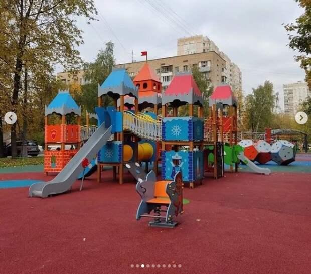 Покрытию новой детской площадки в Валдайском уже требуется ремонт