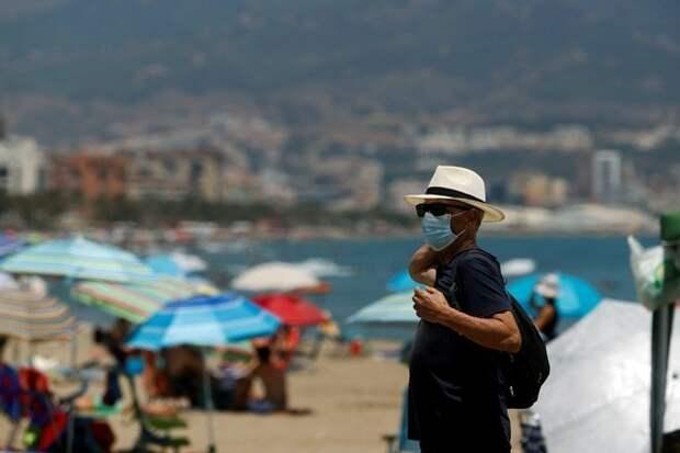 Иммунолог посмеялся над ношением масок на улице и на пляже
