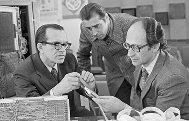 """«Недалёк тот день, когда исчезнут обычные книги, газеты и журналы...""""Академик Глушков мог создать аналог интернета в 1980 году"""