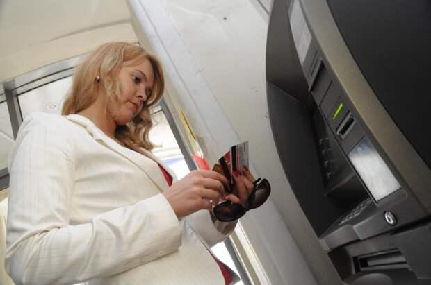 Банки разрешат снимать деньги с чужой карты по QR-коду
