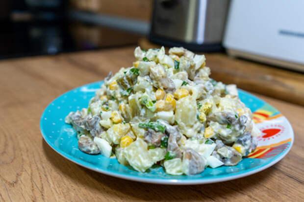Салат с куриной грудкой, грибами и кукурузой