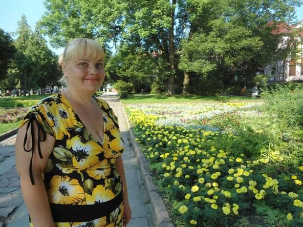 Девушка в принтованном летнем платье. /Фото: i11.fotocdn.net