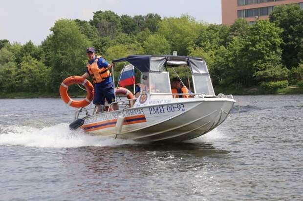 Спасатели достали из воды Кожуховского затона тонувшего мужчину