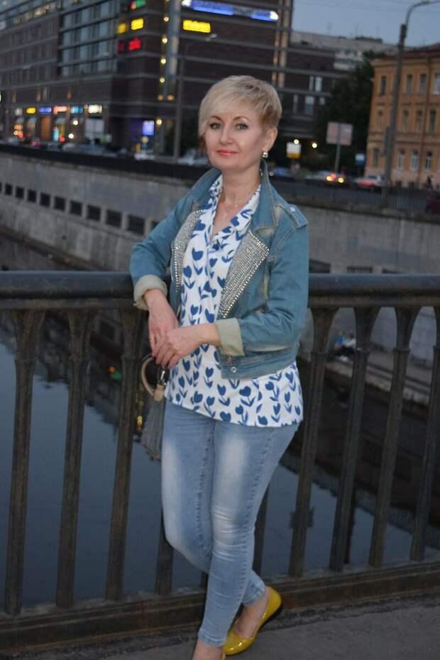 Взрослая женщина в короткой джинсовой куртке. /Фото: i11.fotocdn.net