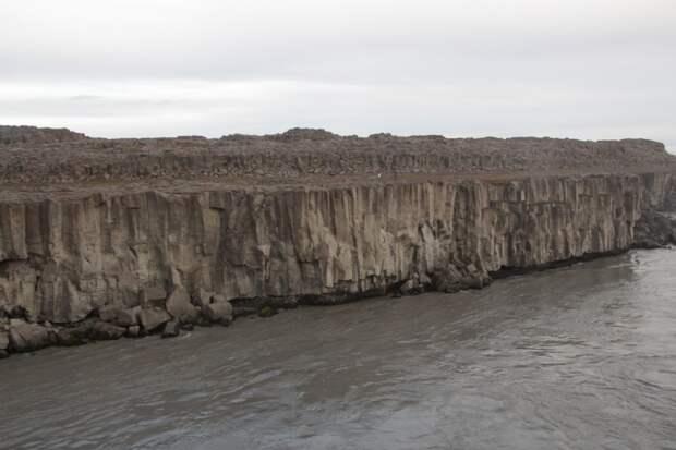 Базальтовые скалы удивительной формы и красоты. Наверху можно рассмотреть фигурки двух человечков. Почувствуйте масштаб, как говорится =)