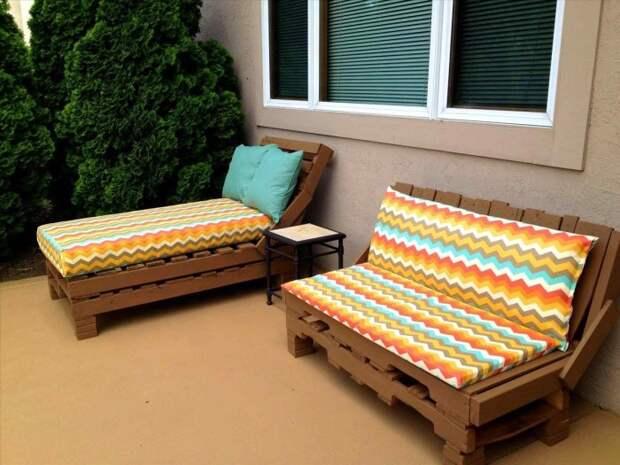 Лежак и диван из поддонов – стильное и универсальное решение для квартиры и приусадебного участка.