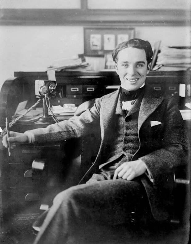 Чарли Чаплин сидит за рабочим столом, 1910-е (Wikimedia / Bain News Service / Library of Congress)