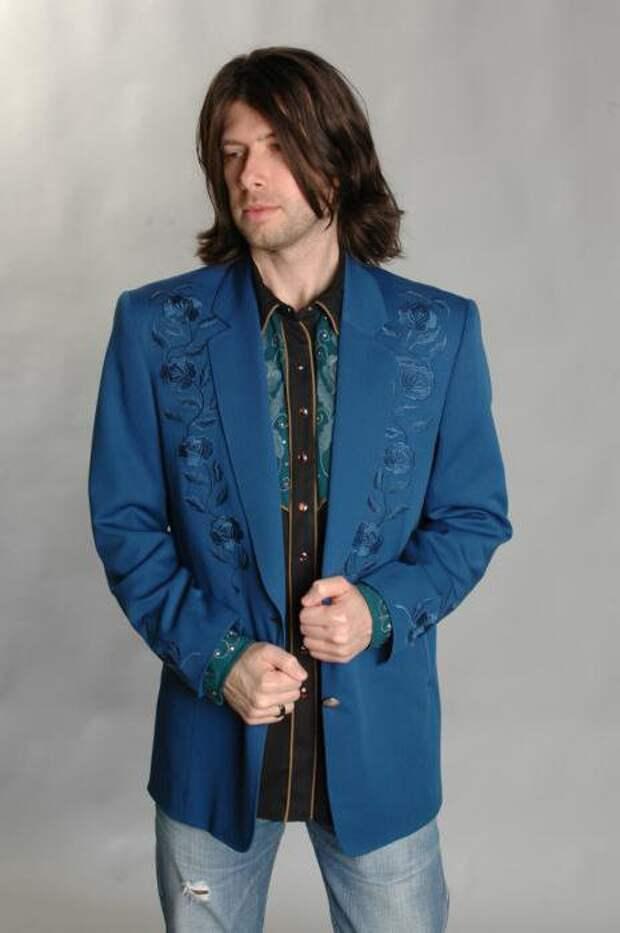 что носить с синим пиджаком