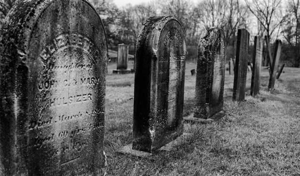Сломали несколько десятков крестов и осквернили кладбище вандалы в Екатеринбурге