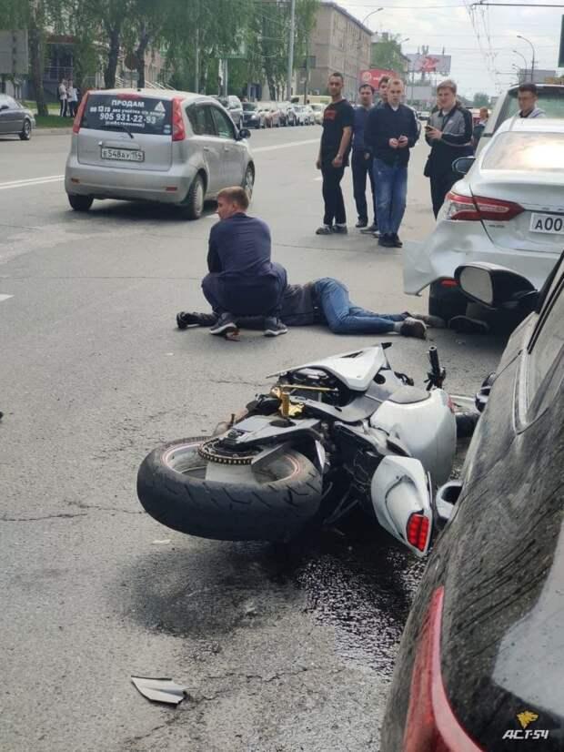 Авария дня. Мотоциклист получил тяжелые травмы в Новосибирске