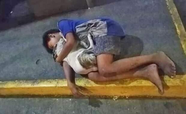 Фотография мальчика, спящего в обнимку с собакой на бетоне, содрогнула мир!