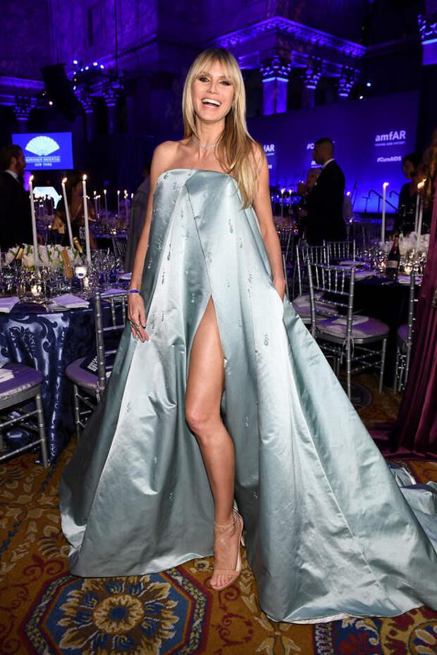 Абсолютно прозрачные, русские и с бахромой: 13 образов топ-моделей на amfAR Gala в Нью-Йорке (фото 3)