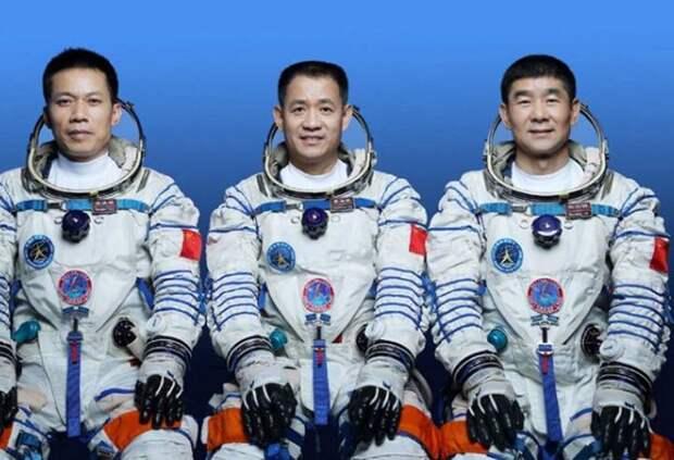 КНР запустила корабль «Шэньчжоу-12» с космонавтами к орбитальной станции