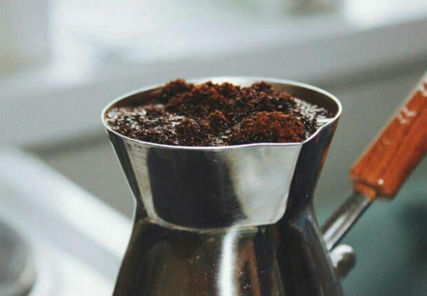 Завариваем крепкий кофе с густой пенкой: делаем в турке